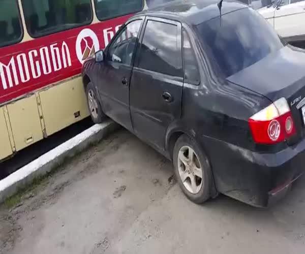 Автомобиль без водителя въехал в автобус