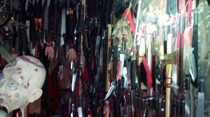 У ранее судимой американки изъяли более 3700 единиц холодного оружия (5 фото)