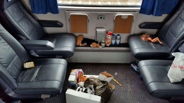 Обычный поезд, в котором ехали беженцы из страны Ближнего Востока (5 фото)