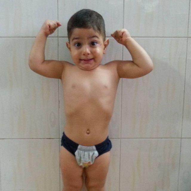 Невероятные способности двухлетнего гимнаста Арата Хоссейни (15 фото)