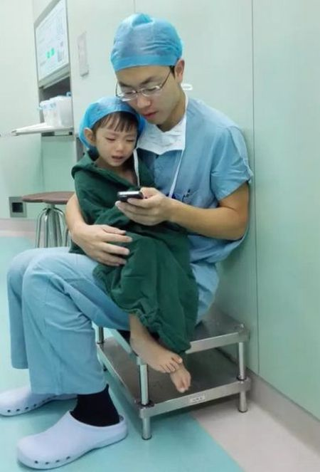 Добрый хирург успокоил маленькую пациентку (3 фото)