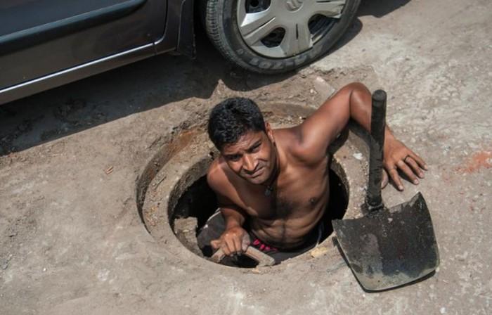 Тяжелые будни канализационных ныряльщиков в Дели (11 фото)