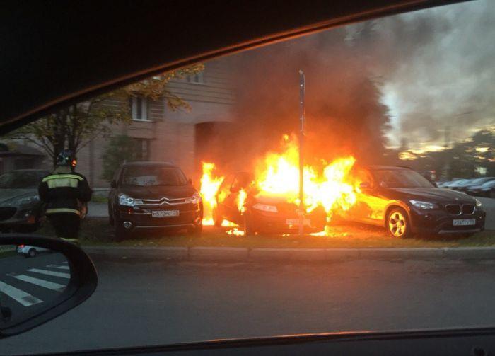 В Санкт-Петербурге сгорел автомобиль, припаркованный на газоне (2 фото)