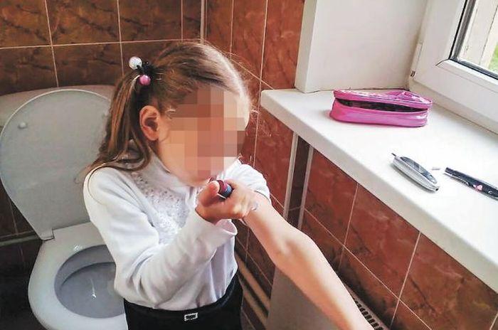 Московскую первоклассницу отправили делать уколы инсулина в туалет (фото)