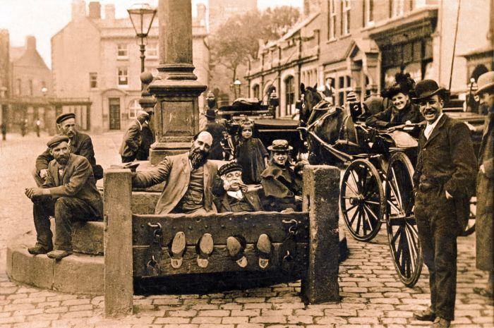 Старое наказание для нерадивых продавцов и жуликов (3 фото)