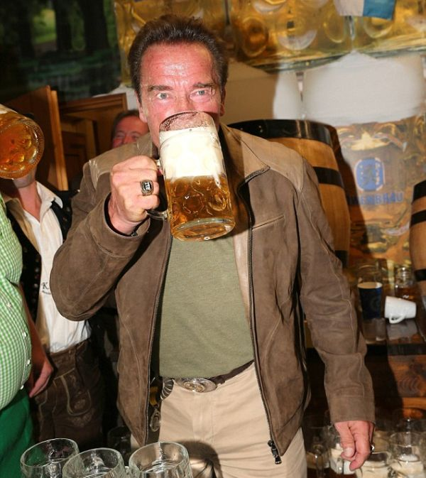 Арнольд Шварценеггер показал, как нужно пить пиво на фестивале Октоберфест (7 фото)