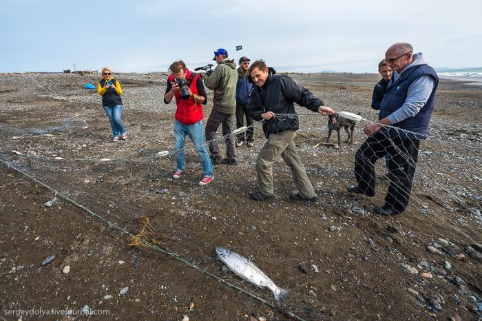 Добыча рыбы и производство красной икры в рыбацком поселке Магадана (36 фото)