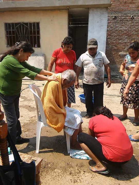 Волонтеры вернули человеческий вид бездомному перуанцу (6 фото)
