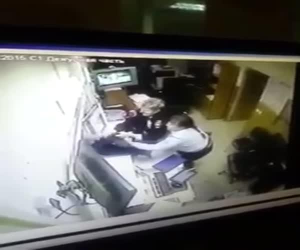 Мужчина ускользнул через окно дежурной части