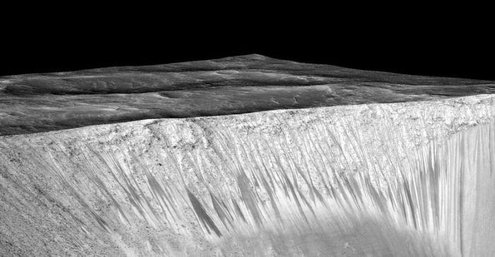 NASA нашло прямые доказательства существования жидкой воды на Марсе (2 фото)