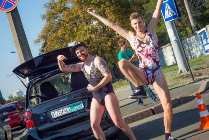 В Киеве мужчины в купальниках приехали за бесплатным топливом (15 фото)
