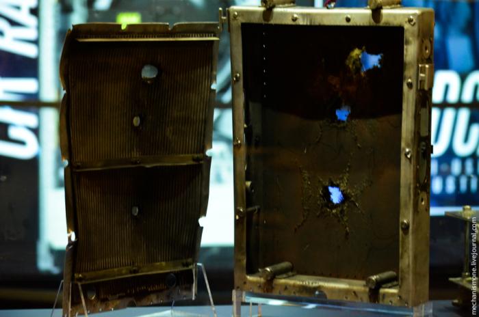 Последствия встречи с кусочком пластика или простым болтом в космосе (5 фото)