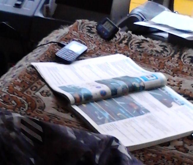 Маршрутчик, изучающий ПДД прямо в момент движения (2 фото)