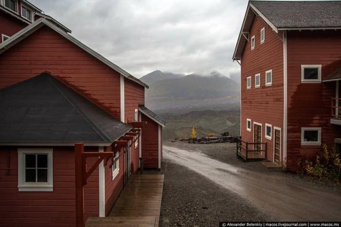 Заброшенный рабочий поселок на Аляске (32 фото)