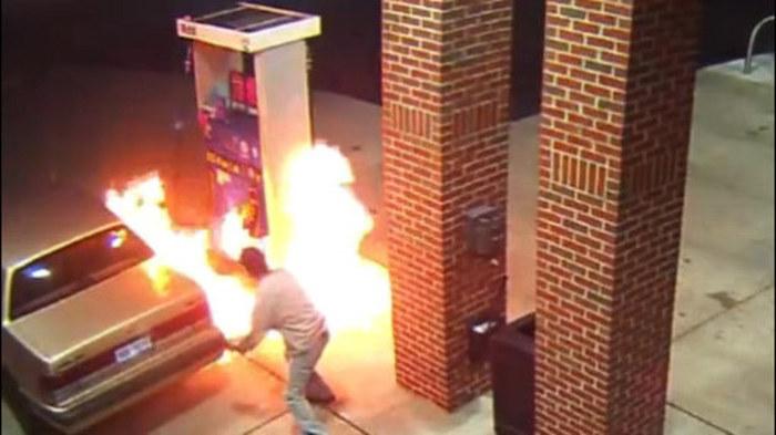 Американец устроил пожар на заправке, пытаясь... сжечь паука (2 гифки)
