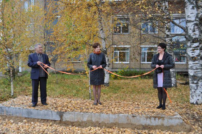 В поселке Корткерос под видом остановки торжественно открыли... бетонную плиту (фото)