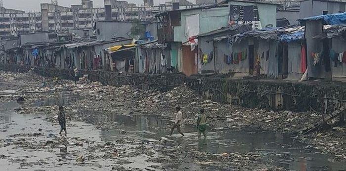 Индийский парень построил мост в трущобах Мумбая (6 фото)