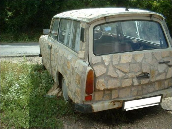 Автомобиль, облицованный песчаником (2 фото)