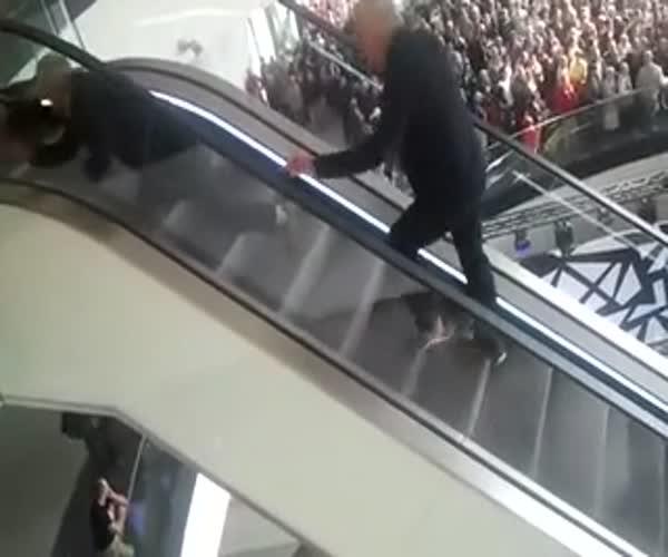Пенсионеры штурмуют эскалатор