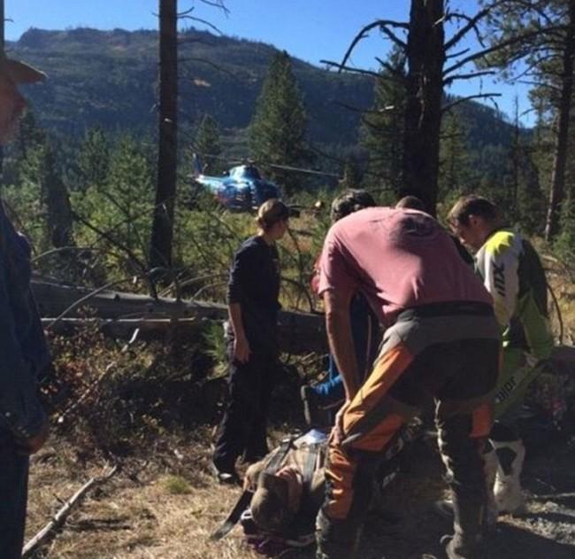 Как жажда жизни и любовь к семье помогли выжить охотнику со сломанными ногами (3 фото)