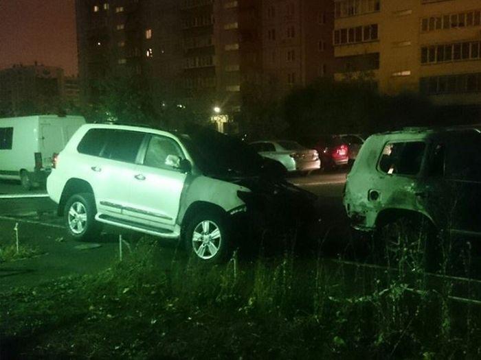 Хозяева сгоревших автомобилей объявили награду в 500 000 рублей за информацию поджигателе (2 фото)