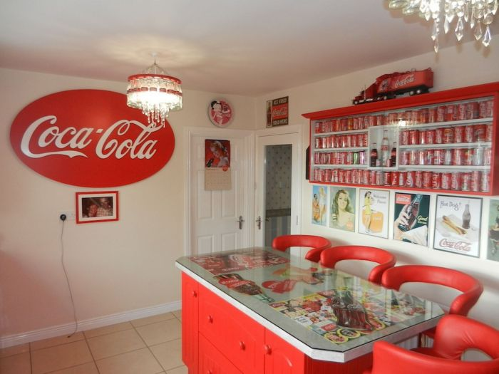 Ирландка превратила свой дом в «храм» Coca-Cola (7 фото)