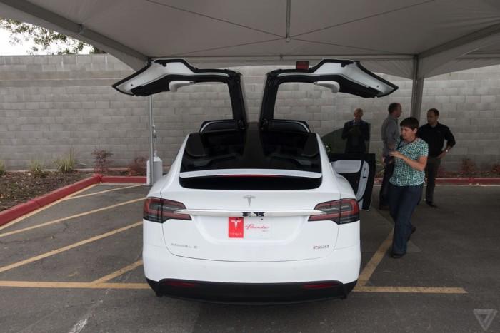 Компания Tesla официально представила кроссовер-электрокар Model X (15 фото)