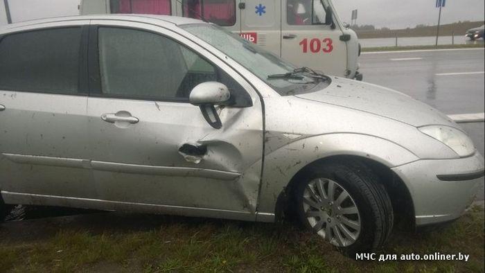 Металлическая балка насквозь прошила автомобиль, практически не зацепив водителя (6 фото)