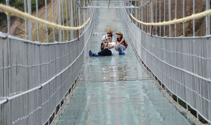 В Китае открыли самый длинный в мире стеклянный подвесной мост (8 фото)