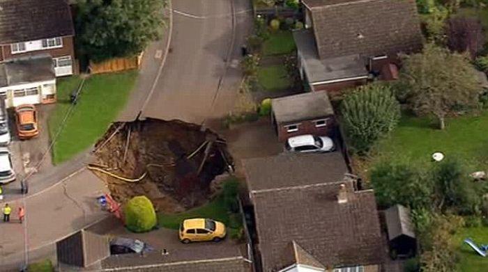В Великобритании из-за провала грунта эвакуировали 6 семей (3 фото)