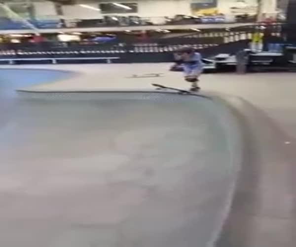 Ребенок-скейтбордист