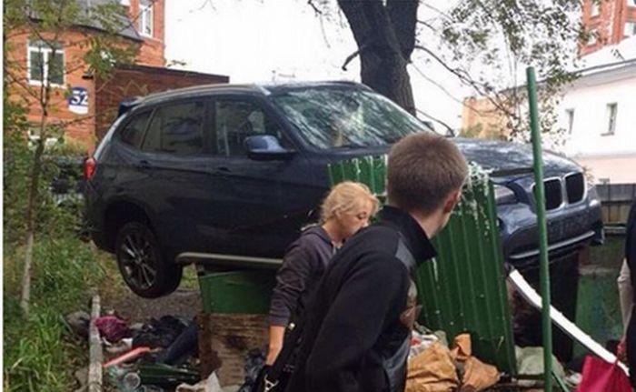 Во Владивостоке кроссовер BMW «оседлал» мусорные баки (3 фото)