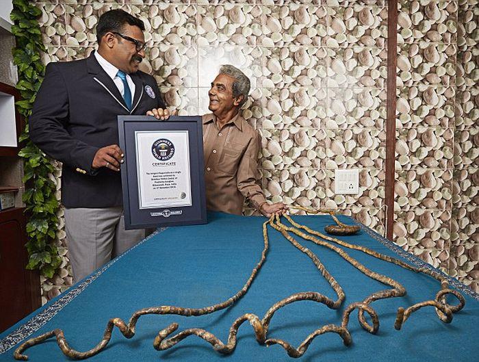 Шридхар Чиллал - человек с самыми длинными в мире ногтями (3 фото)