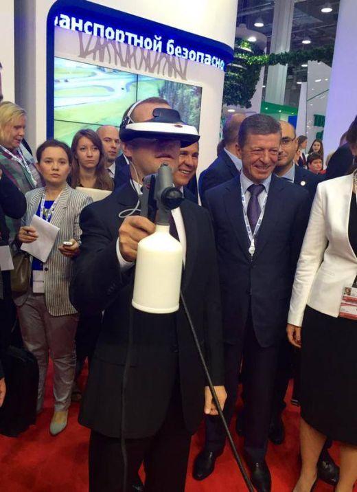 Дмитрий Медведев приобщается к высоким технологиям (2 фото)