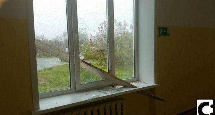 Вот почему не стоит стоять у окна в непогоду (фото)