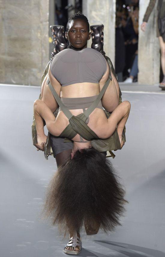 «Люди-рюкзаки» Рика Оуэнса на неделе моды в Париже (7 фото)