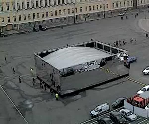 В Санкт-Петербурге зеркальные панели упали на людей