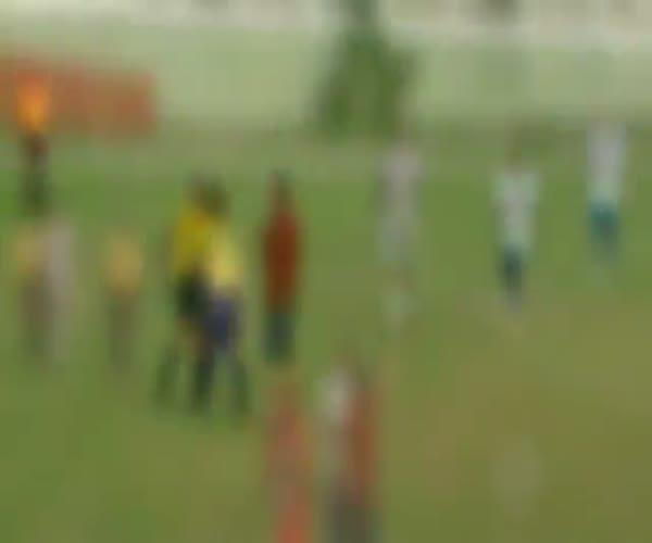 Арбитр достал пистолет, чтобы успокоить футболистов