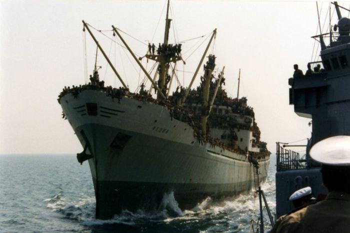 Как нелегальные мигранты корабль захватили (9 фото + 2 видео)