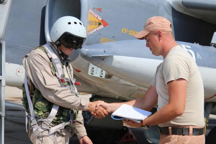 В сети появились первые снимки российского пилота на сирийской авиабазе (2 фото)