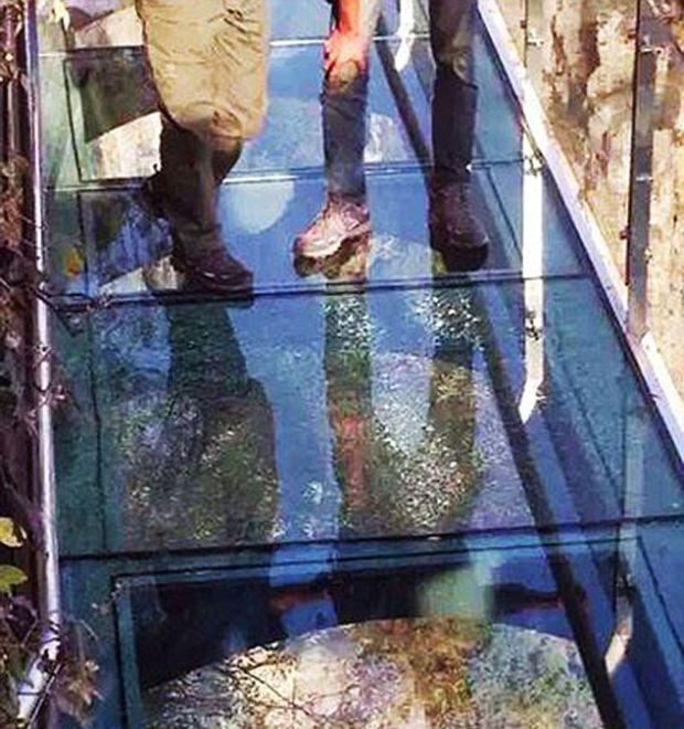 В Китае треснул стеклянный мост (4 фото)