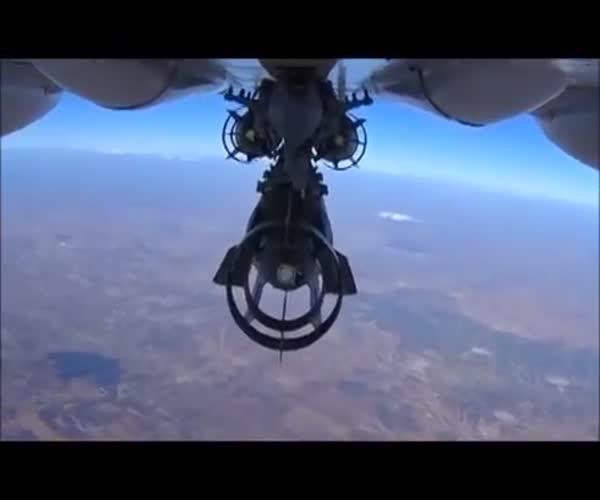 Су-24М сбрасывает бомбы на боевиков ИГИЛ