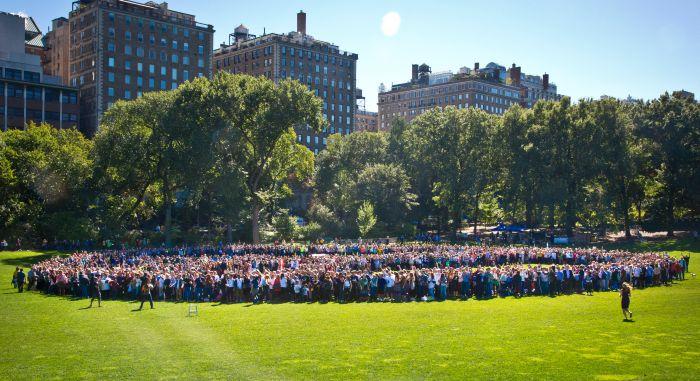 Жители Нью-Йорка почтили память Джона Леннона, выстроившись в огромный символ мира (5 фото)