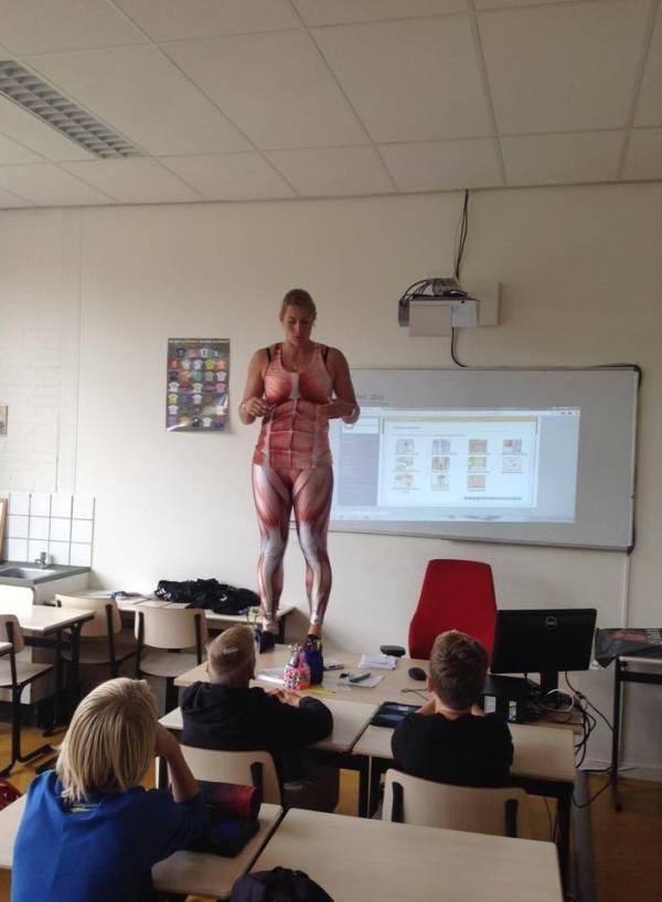 Эта учительница точно знает, как привлечь внимание школьников (3 фото)