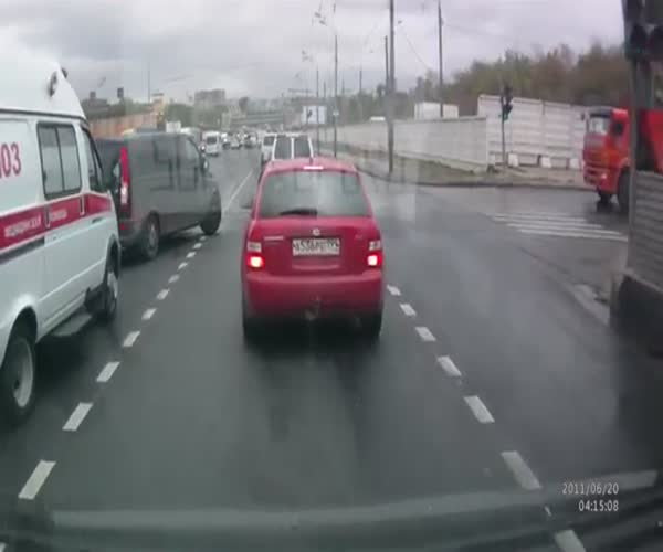 Мгновенная карма настигла водителя Mercedes'a