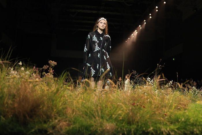 Оригинальный подиум на показе моды Moncler Gamme Rouge весна-лето 2016 (7 фото)