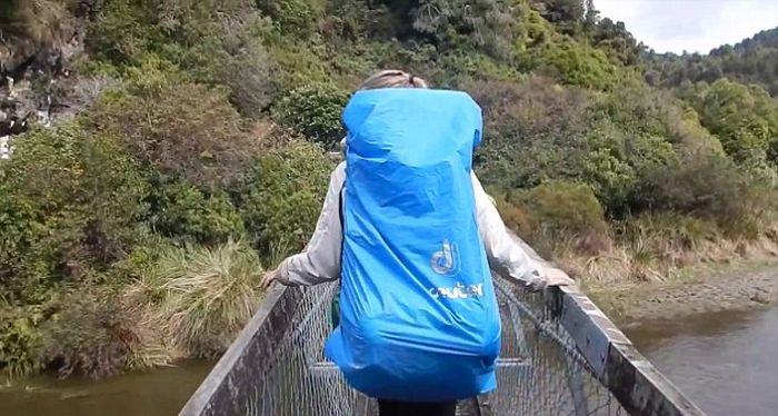 В Новой Зеландии туристы упали в реку с подвесного моста (3 фото + видео)
