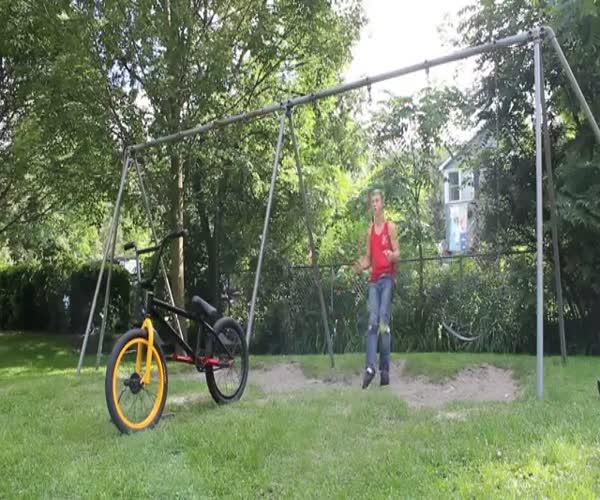 Необычная посадка на велосипед