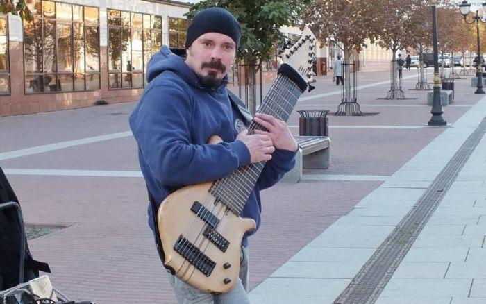 12-струнный бас от гитариста Василия Чернова в центре Брянска (3 фото + видео)