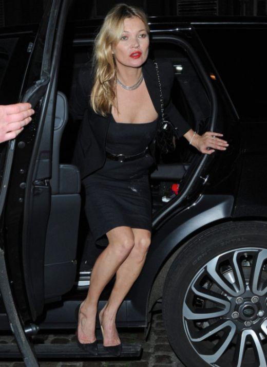 Кейт Мосс пришла в ночной клуб с загадочными белыми пятнами на платье (3 фото)